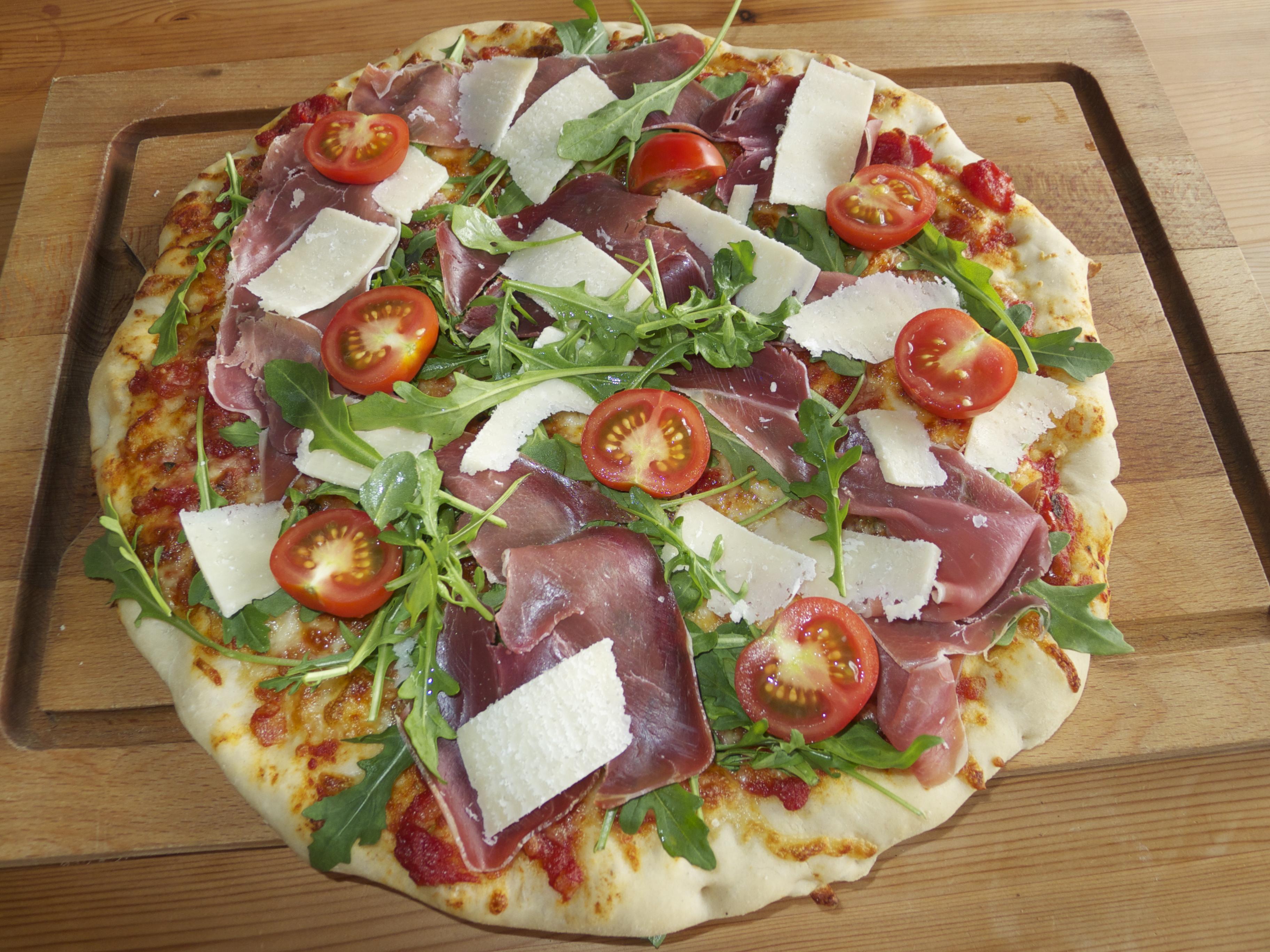 Italiensk pizza med parmaskinke og ruccolasalat | mammamat